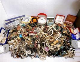 ♪超大量15㎏使えるアクセサリーまとめて天然石パール刻印有など指輪ネックレス/イヤリング/ブレスレット/ブローチ/アンティークなど中古